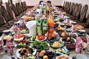 שולחן ערוך במסיבה שנקלענו אליה בדרך לסמרקנד