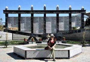מצבה לזכר החיילים היהודיים שנספו במלחמות העולם, בכניסה לבית הקברות היהודי בסמרקנד