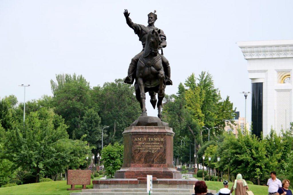 כיכר בטשקנט – פסל של אמיר טימור הגיבור, אבי האומה האוזבקית